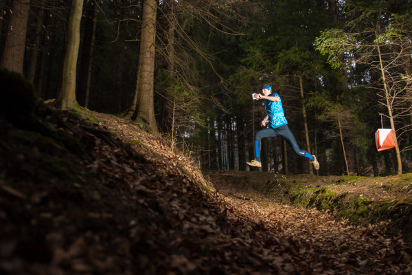 Orientační běh, skok. Autor Lukáš Budínský (foto.lukasx.cz)