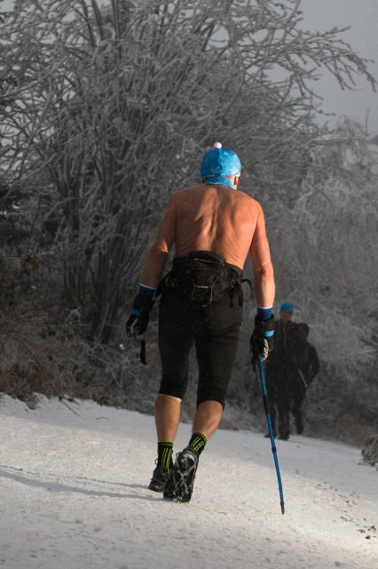 závodník na Lysá24 bez oblečení