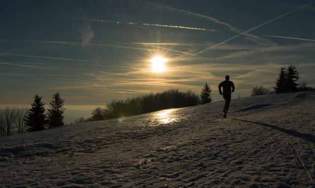 Trail running / běh na Radhošťi - silueta běžce se západem slunce. Autor: Lukáš Budínský (foto.lukasx.cz), Fotoaparát: Canon EOS 70D, Objektiv: 18-35mm