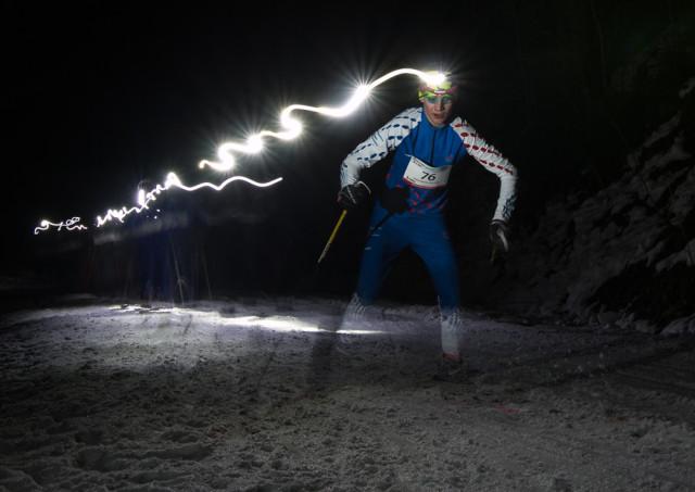 Závodník na nočním závodu na běžkách. Autor: Lukáš Budínský (foto.lukasx.cz), Fotoaparát: Canon EOS 70D, Objektiv: 18-35mm