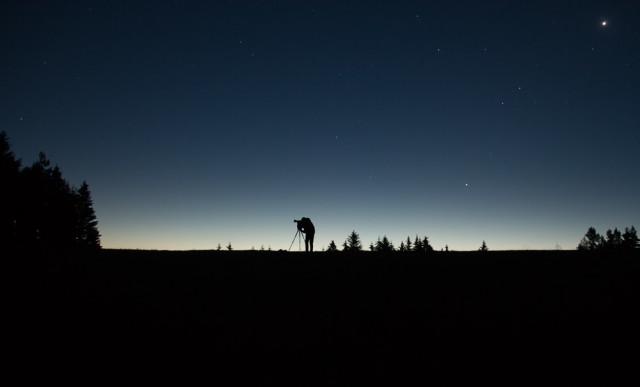 Svítání a silueta fotografa, Lukáš Budínský